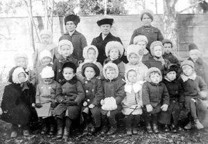 К. А. Луппова и воспитанники первого детского сада 1911