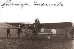 Авиатор Васильев у своего аэроплана